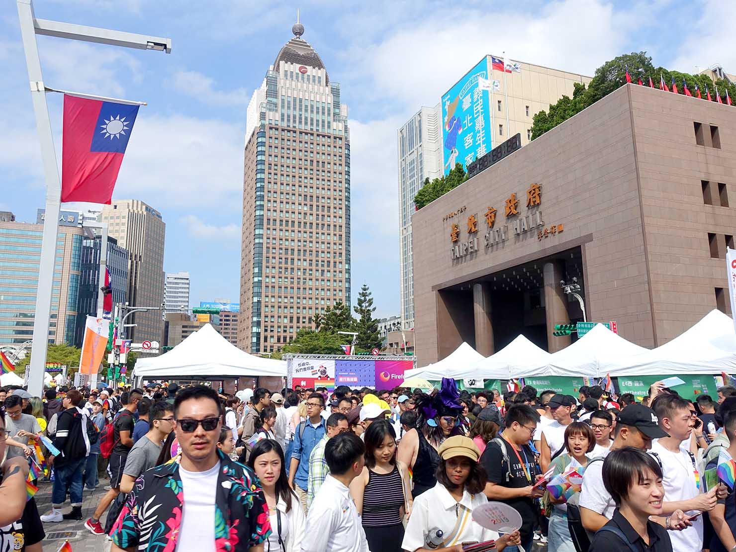 台灣同志遊行(台湾LGBTプライド)2019会場のブース前に集まる参加者たち