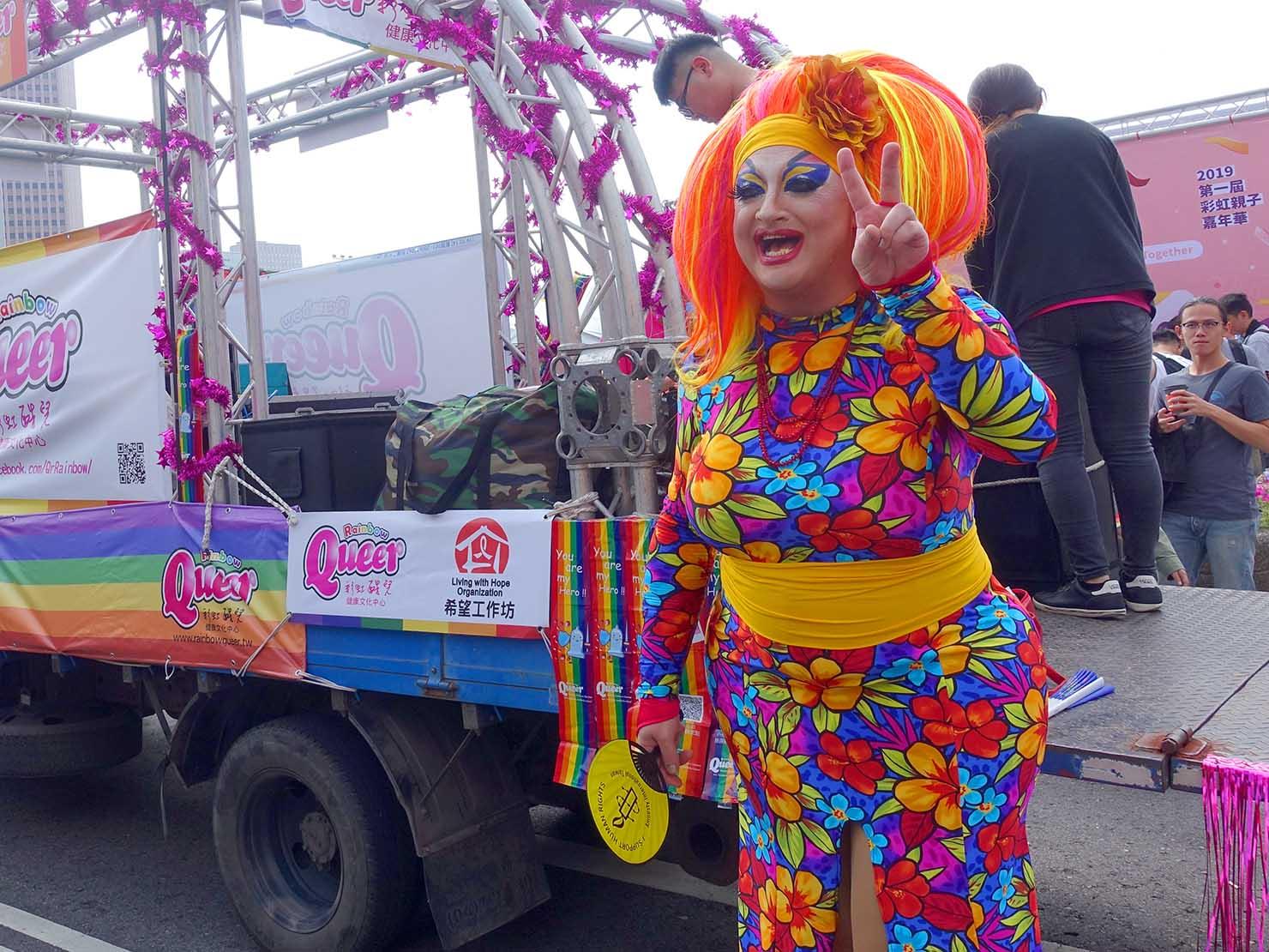 台灣同志遊行(台湾LGBTプライド)2019の会場で撮影に応じるドラァグクイーン