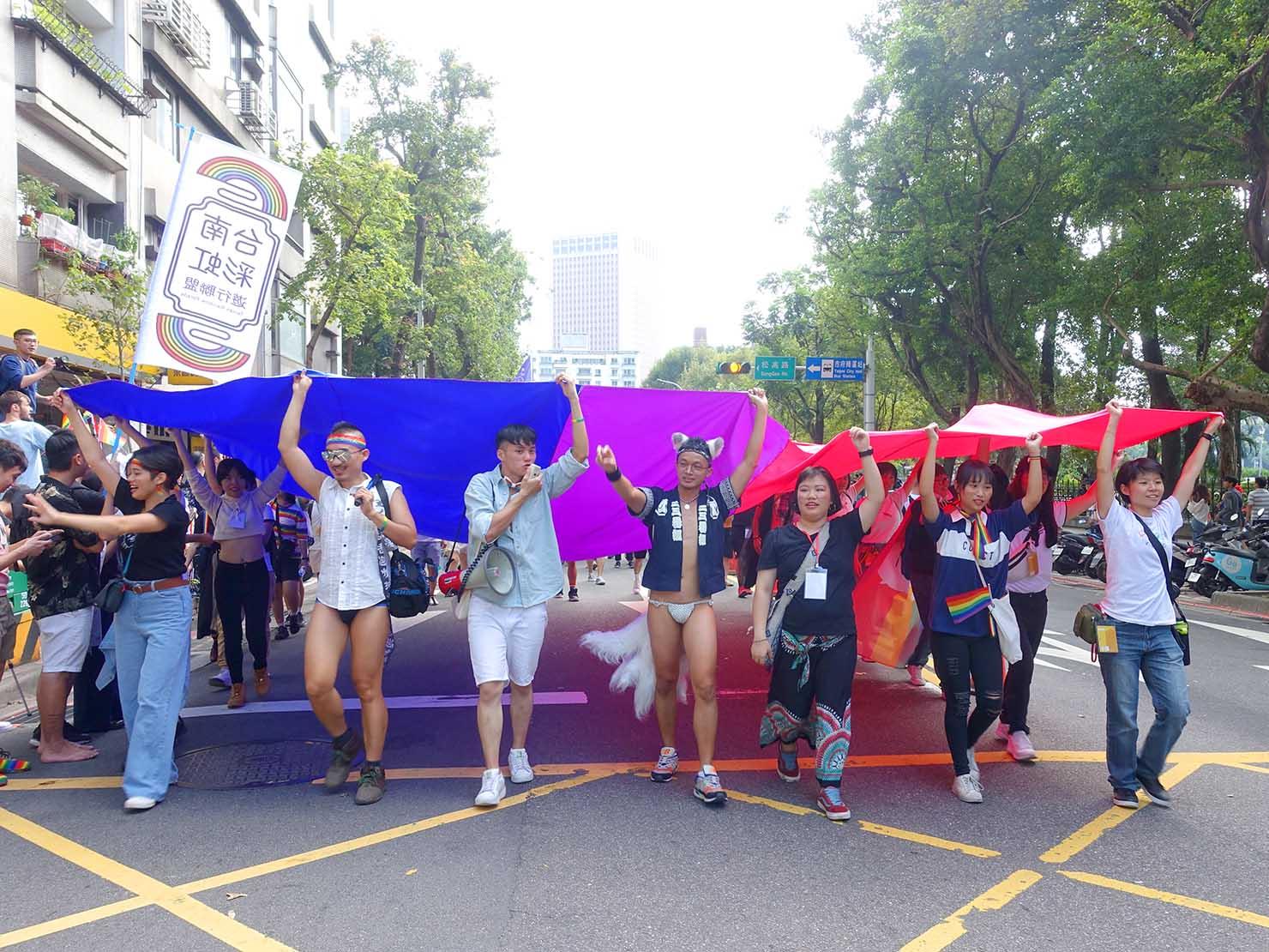 台灣同志遊行(台湾LGBTプライド)2019のパレードを歩くバイセクシュアルのグループ