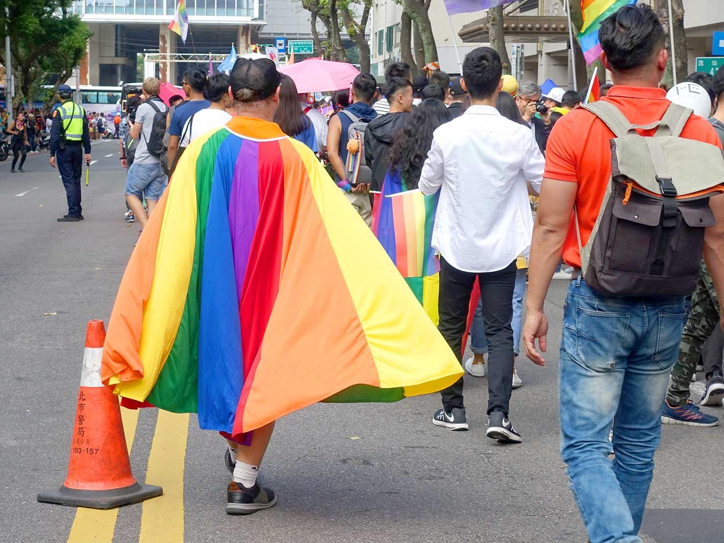 台灣同志遊行(台湾LGBTプライド)2019のパレードをレインボーマント姿で歩く男性