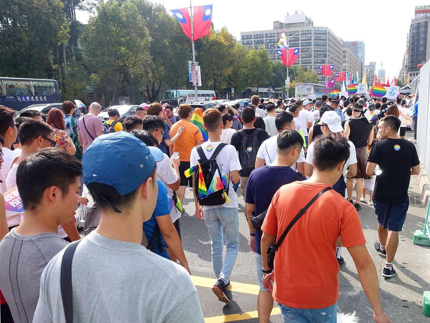 台灣同志遊行(台湾LGBTプライド)2019で忠孝東路を歩き始めるパレード隊列
