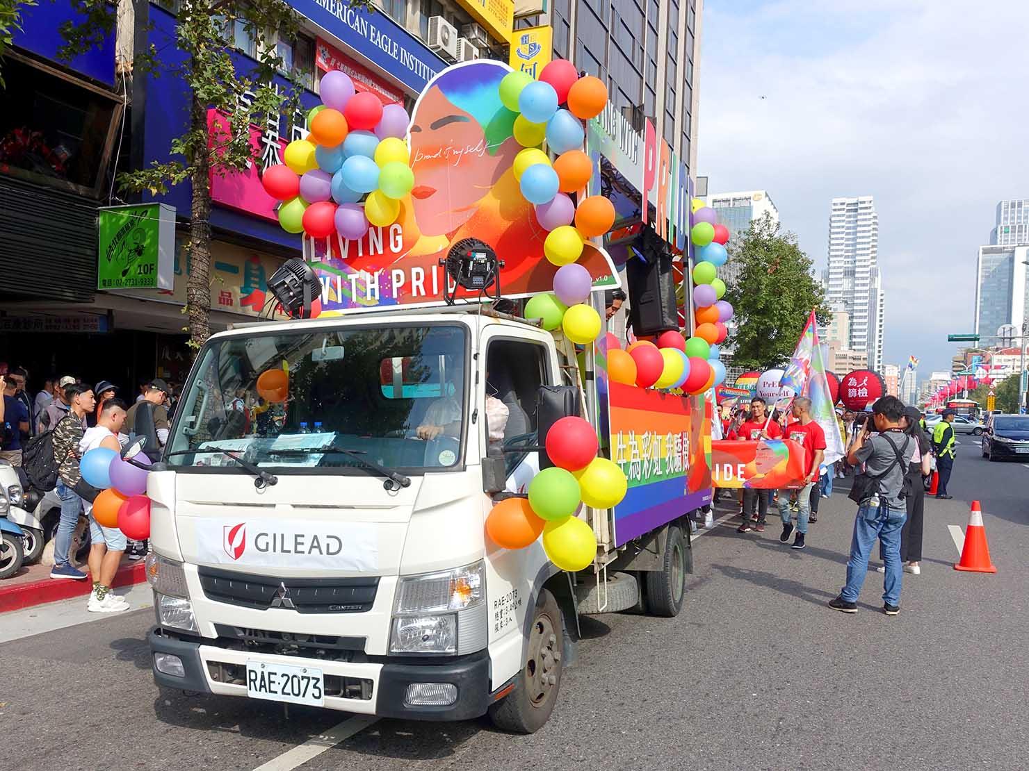 台灣同志遊行(台湾LGBTプライド)2019パレードでレインボーバルーン満載で走るフロート