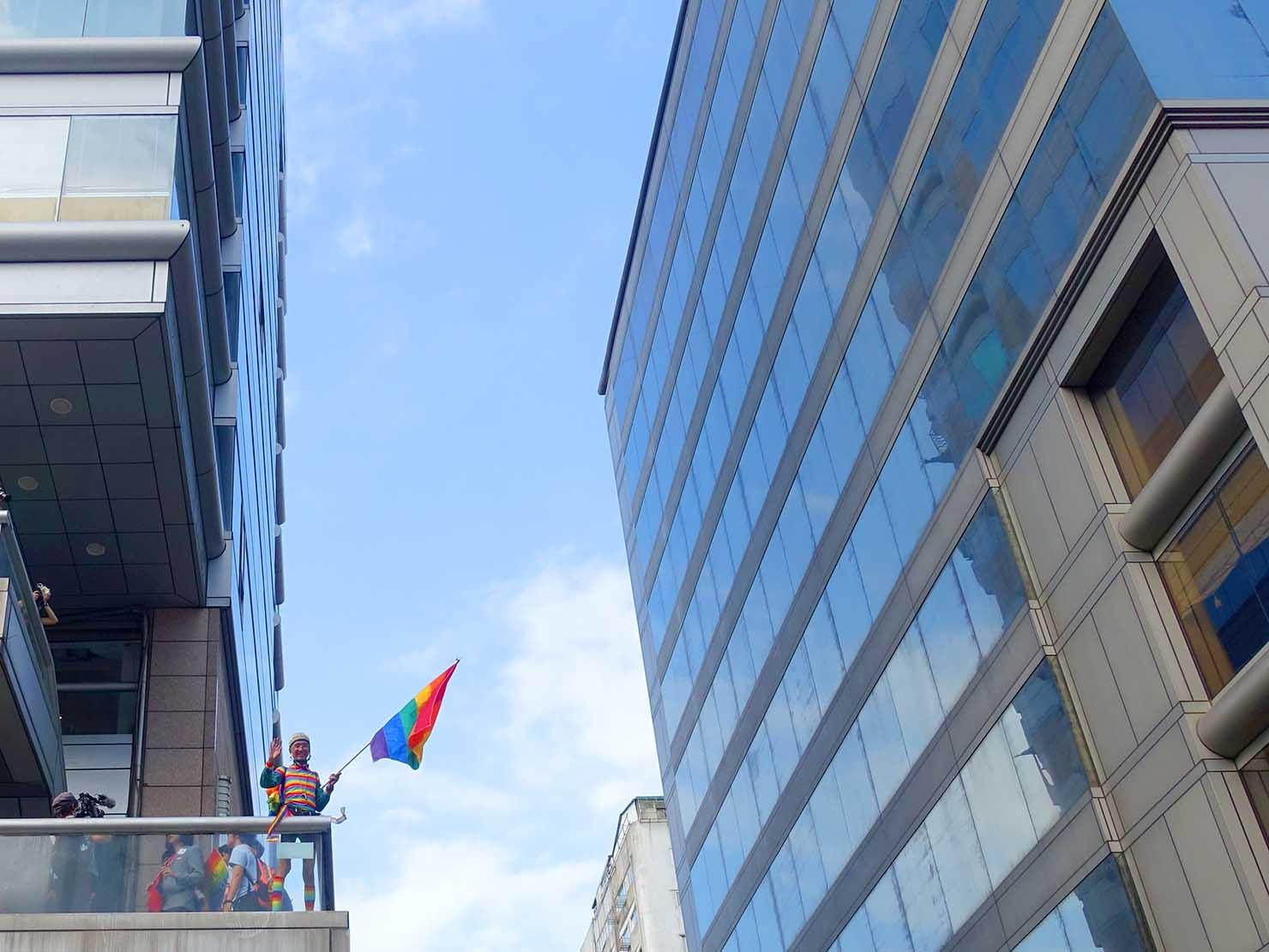 台灣同志遊行(台湾LGBTプライド)2019のパレードでレインボーフラッグを振る祁家威氏
