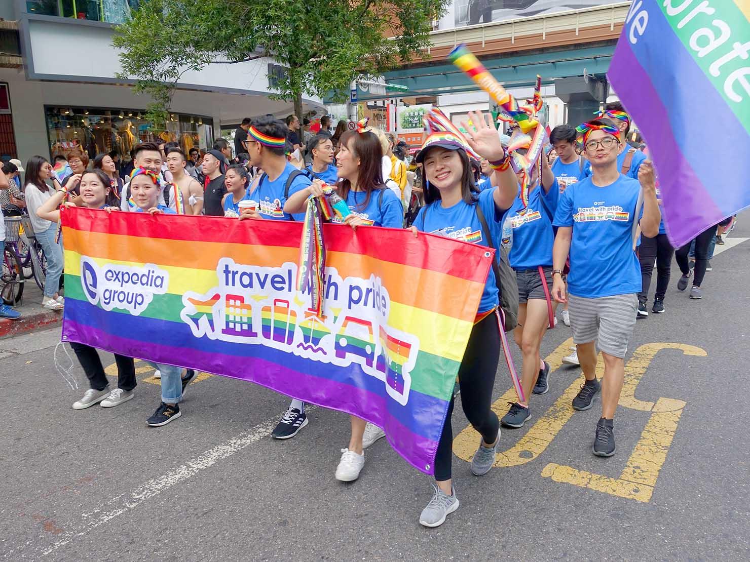 台灣同志遊行(台湾LGBTプライド)2019のパレードを歩く旅行会社のグループ