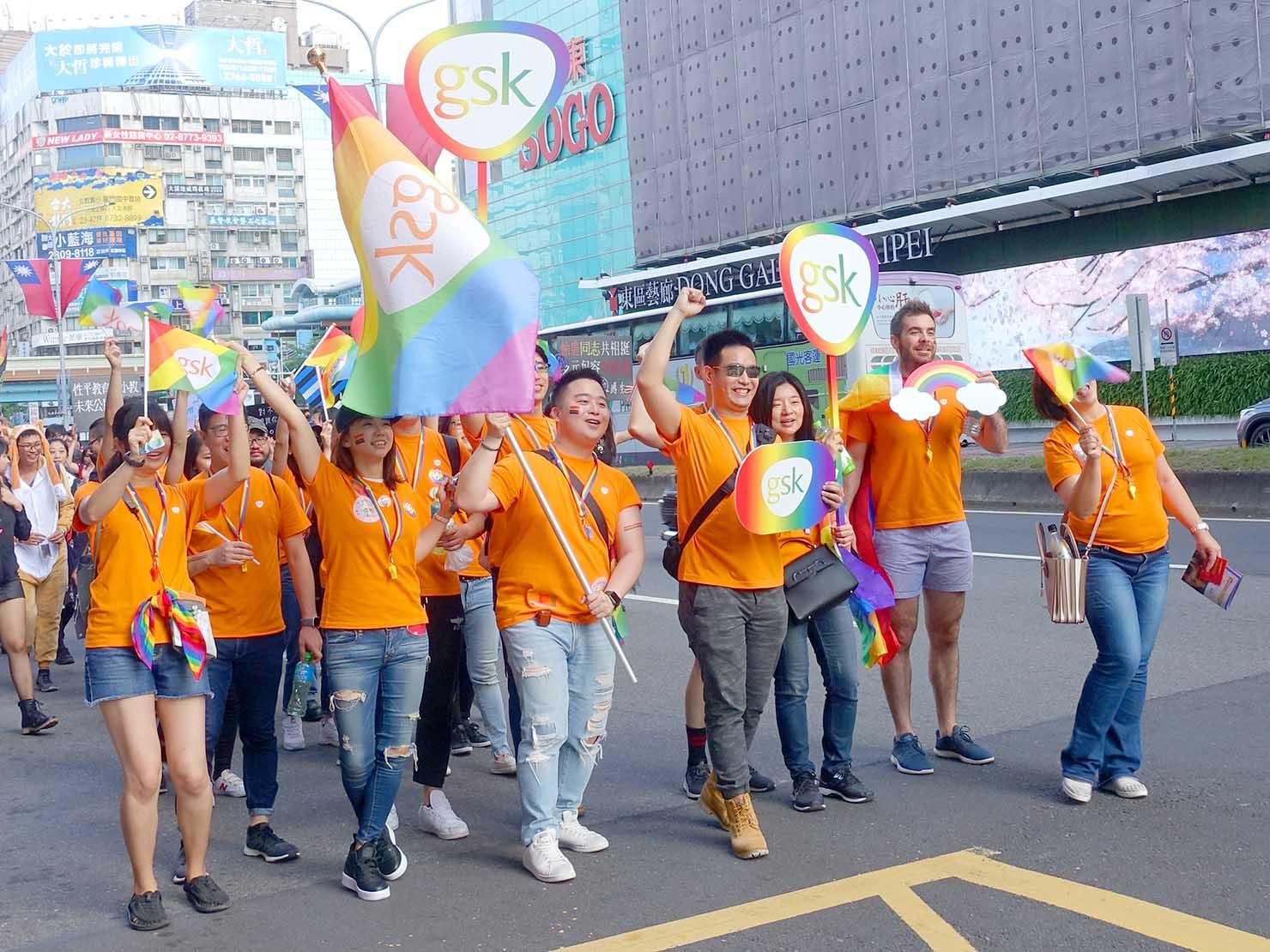 台灣同志遊行(台湾LGBTプライド)2019のパレードをオレンジ色の服で歩く製薬会社のグループ