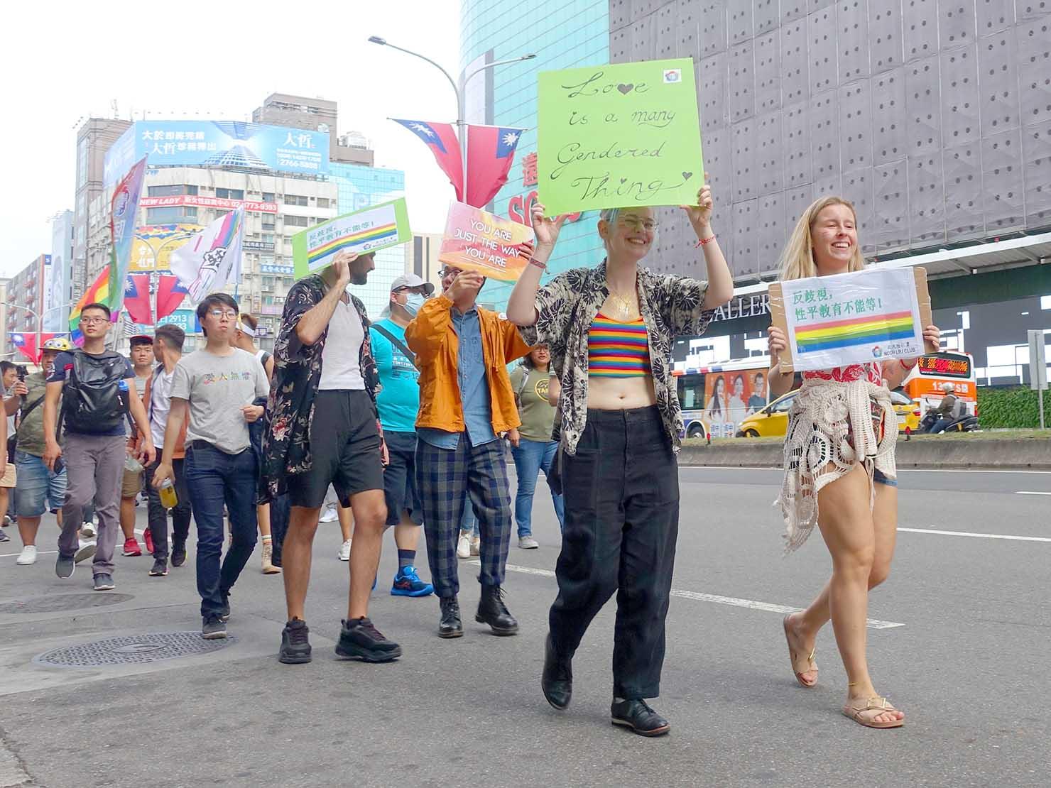 台灣同志遊行(台湾LGBTプライド)2019のパレードでプラカードを掲げて歩く海外からの参加者