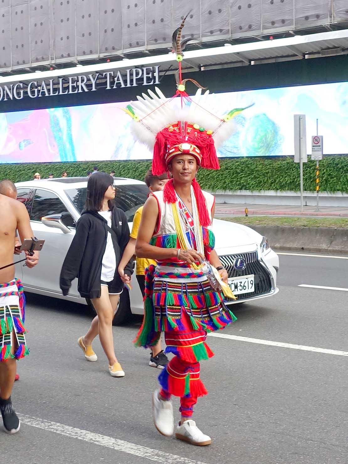台灣同志遊行(台湾LGBTプライド)2019のパレードを台湾原住民族の衣装で歩く参加者