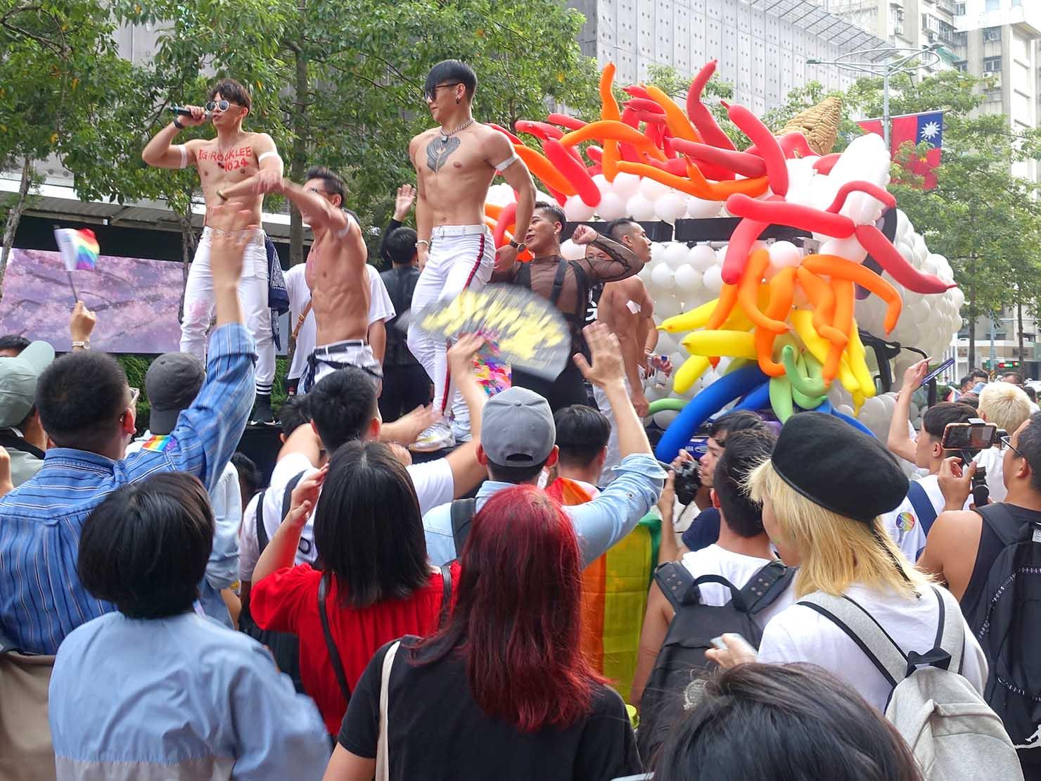 台灣同志遊行(台湾LGBTプライド)2019パレードのフロートでパフォーマンスするイケメンお兄さんたち