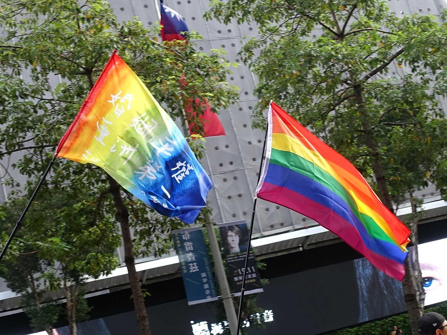台灣同志遊行(台湾LGBTプライド)2019のパレード隊列にはためくレインボーフラッグ