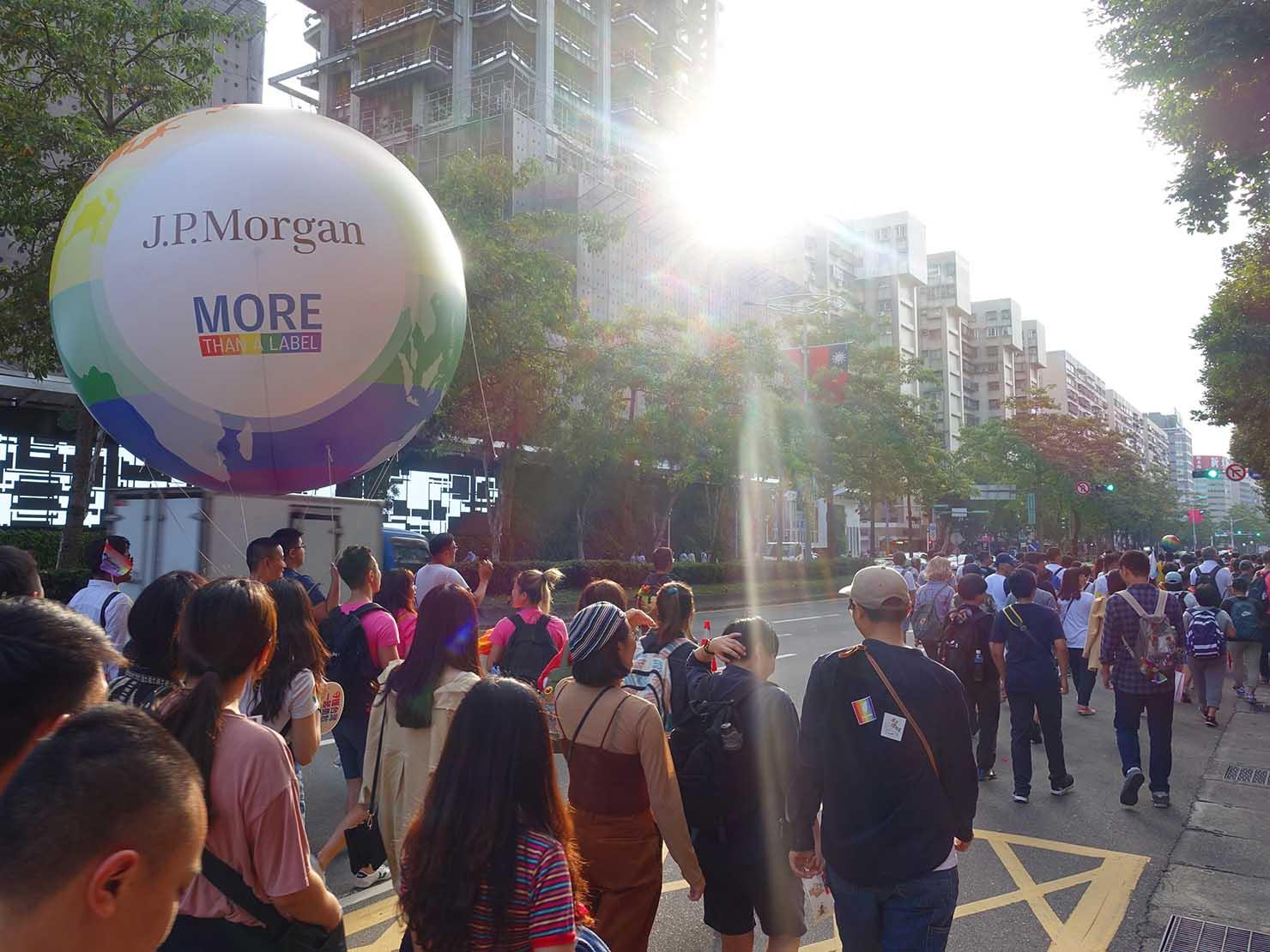 台灣同志遊行(台湾LGBTプライド)2019のパレードに登場した巨大レインボーボール