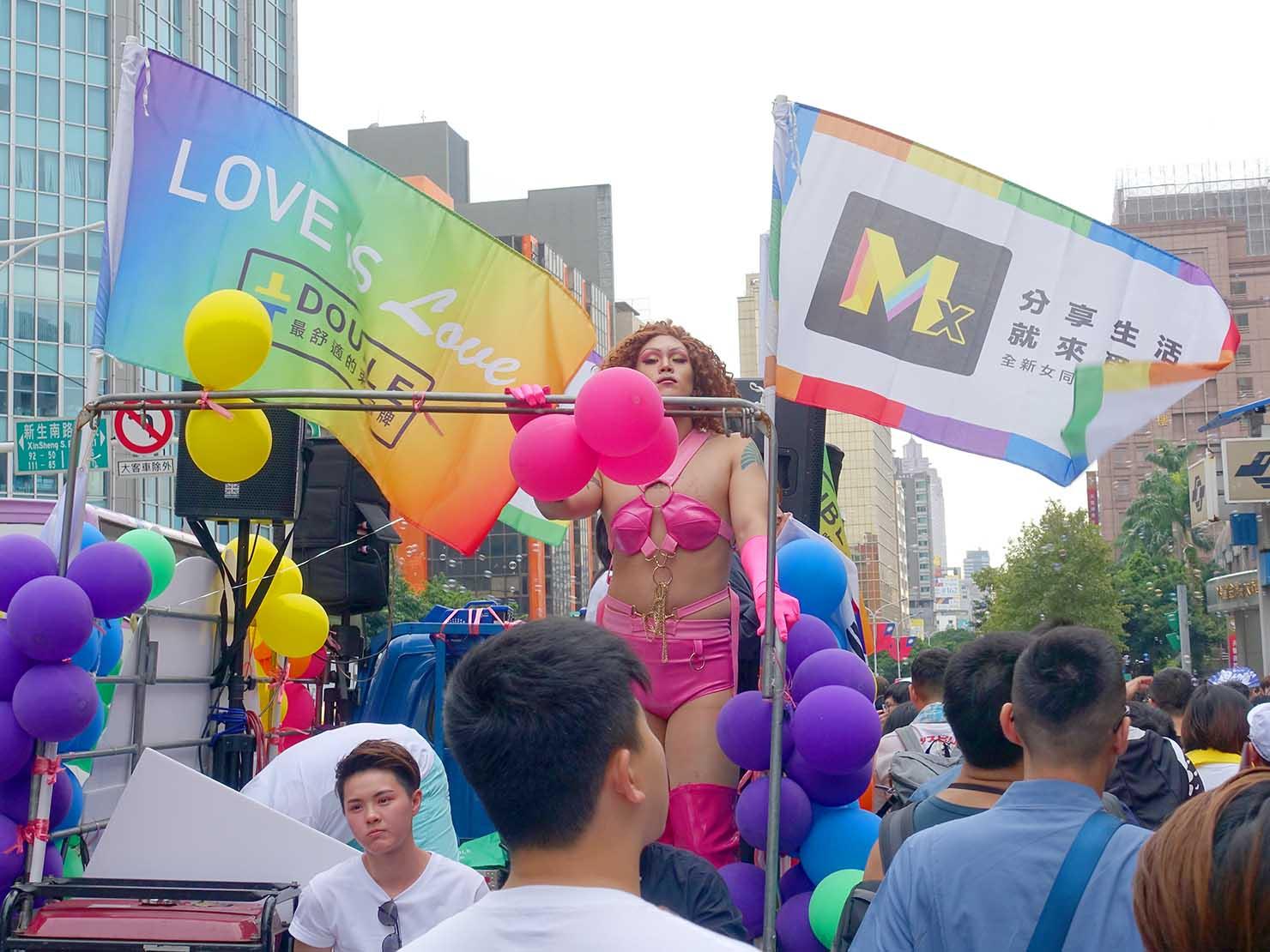 台灣同志遊行(台湾LGBTプライド)2019パレードのフロートに立つドラッグクイーン