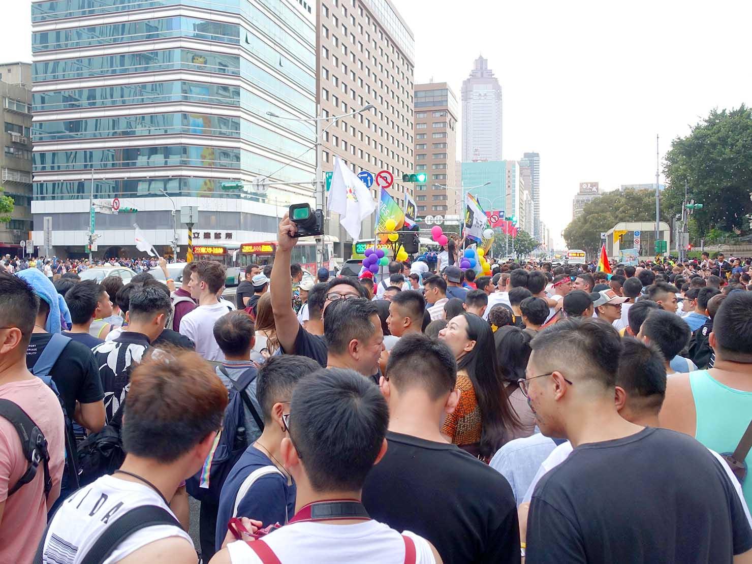 台灣同志遊行(台湾LGBTプライド)2019で善導寺駅前に差し掛かるパレード隊列