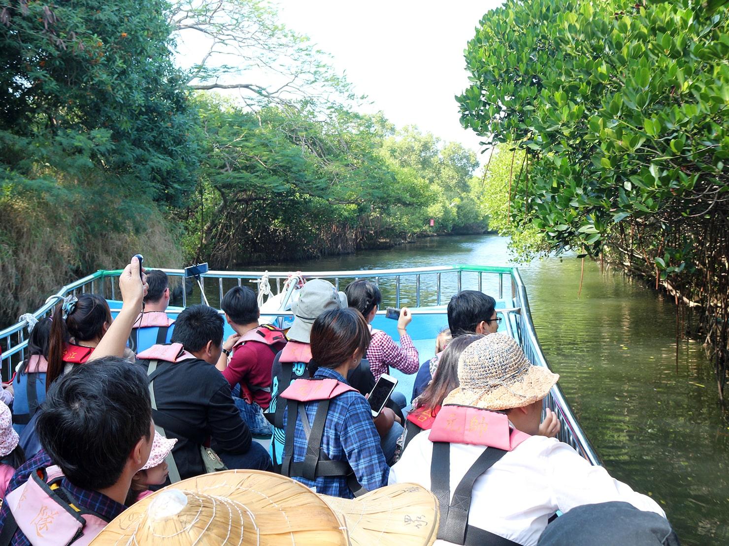 台南市街郊外のおすすめ観光スポット「四草綠色隧道」クルーズの小船