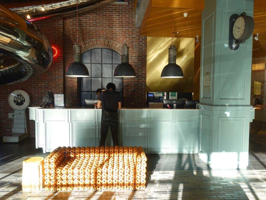 台中駅前のおすすめデザインホテル「紅點文旅 RedDot Hotel」ロビーのカウンター