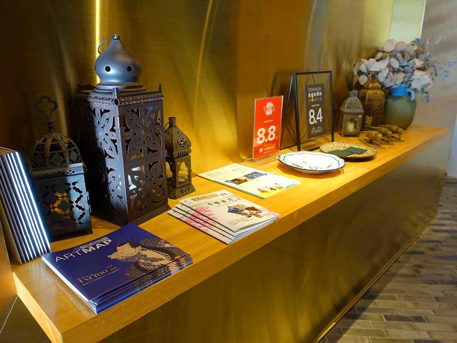 台中駅前のおすすめデザインホテル「紅點文旅 RedDot Hotel」ロビーに置かれた観光パンフレット