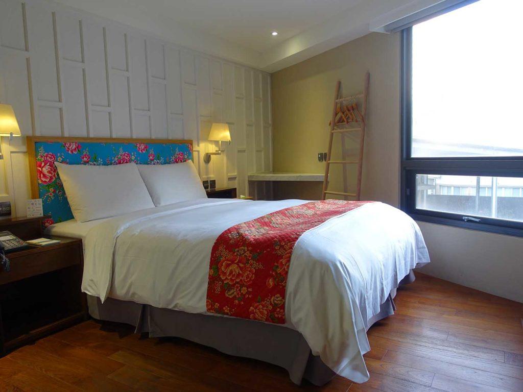 台中駅前のおすすめデザインホテル「紅點文旅 RedDot Hotel」玄関側から見た旅人逆轉勝XS(ダブルルーム)