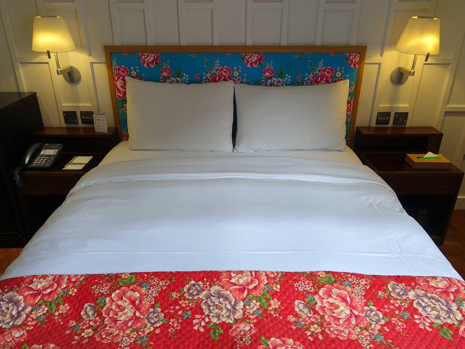 台中駅前のおすすめデザインホテル「紅點文旅 RedDot Hotel」旅人逆轉勝XS(ダブルルーム)のダブルベッド