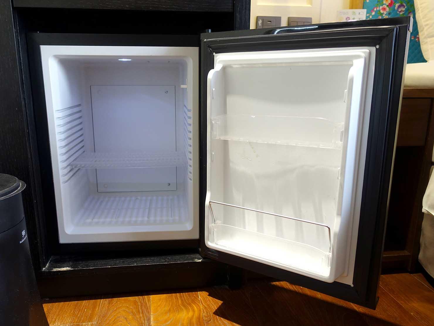 台中駅前のおすすめデザインホテル「紅點文旅 RedDot Hotel」旅人逆轉勝XS(ダブルルーム)のミニ冷蔵庫