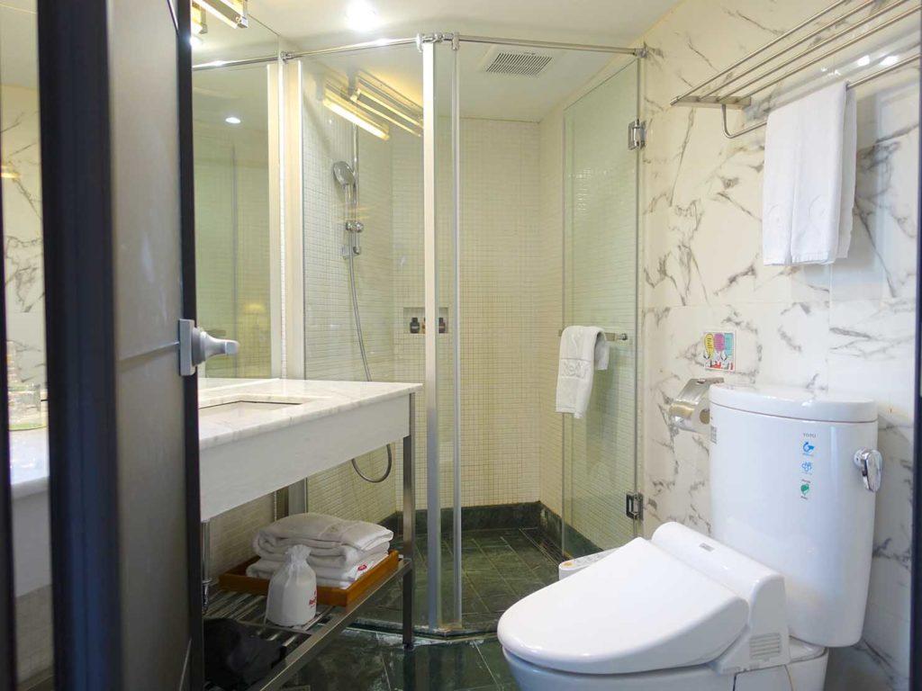 台中駅前のおすすめデザインホテル「紅點文旅 RedDot Hotel」旅人逆轉勝XS(ダブルルーム)のバスルーム
