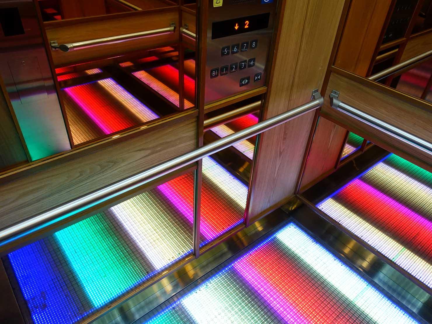 台中駅前のおすすめデザインホテル「紅點文旅 RedDot Hotel」のエレベーター