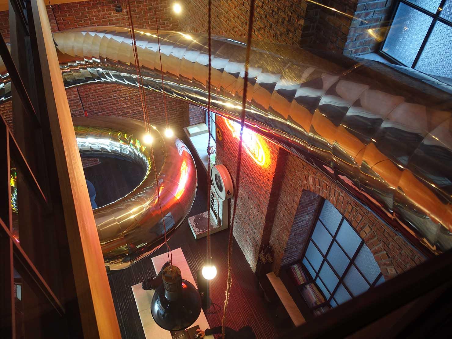 台中駅前のおすすめデザインホテル「紅點文旅 RedDot Hotel」2Fから見る滑り台