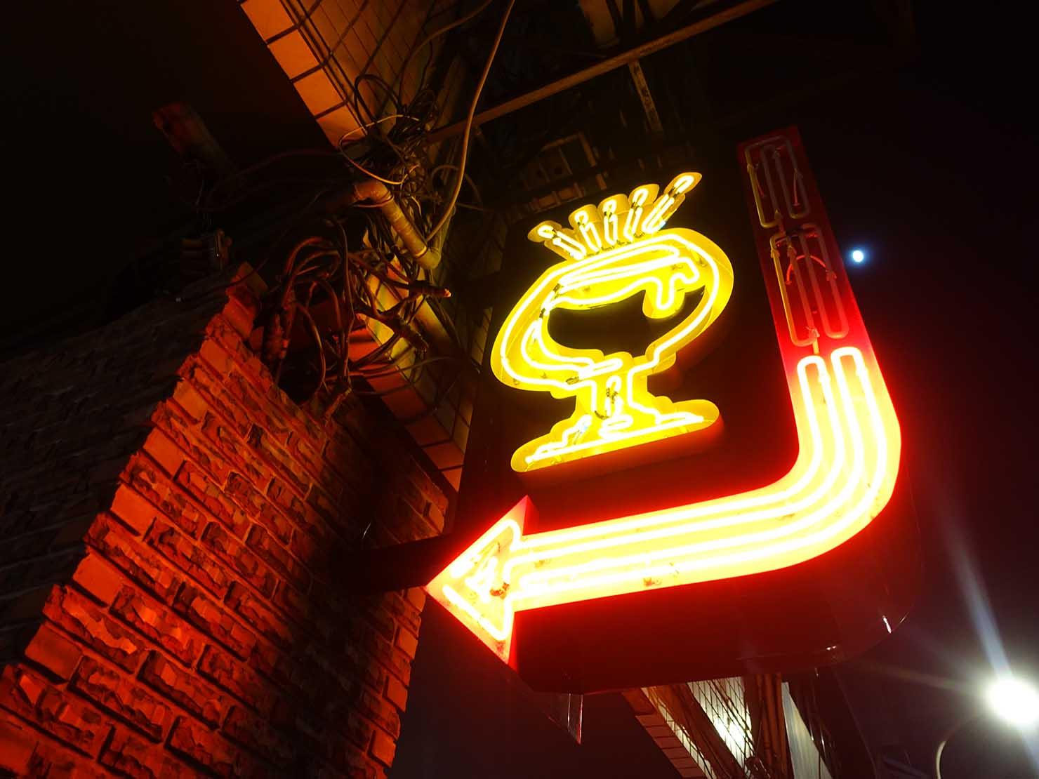台中駅前のおすすめデザインホテル「紅點文旅 RedDot Hotel」のバー・SAOBAOの看板