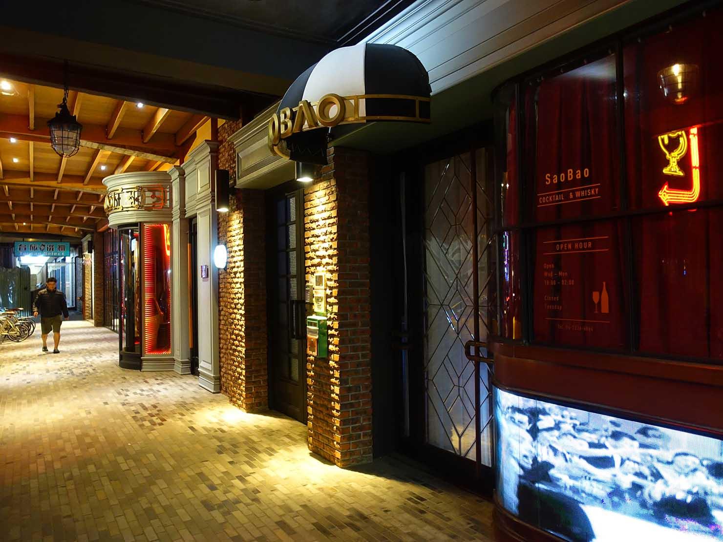 台中駅前のおすすめデザインホテル「紅點文旅 RedDot Hotel」夜のエントランス