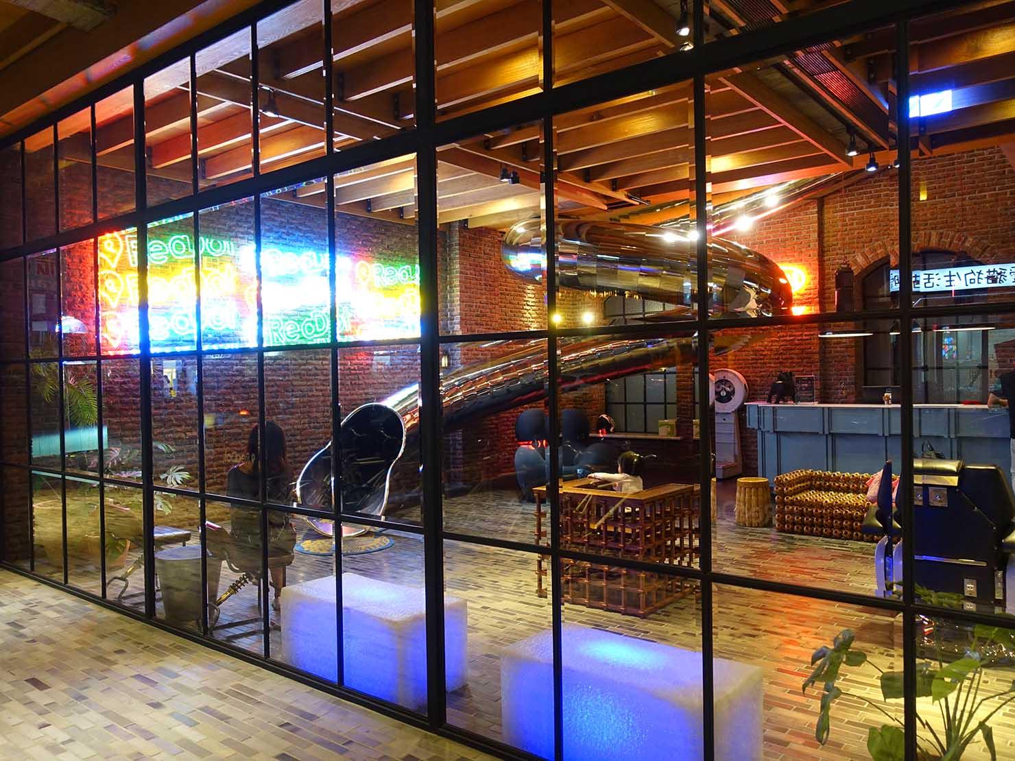 台中駅前のおすすめデザインホテル「紅點文旅 RedDot Hotel」外から眺める夜のロビー