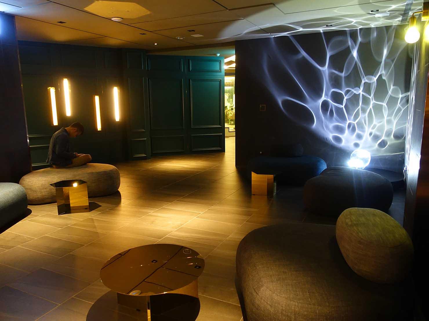 台中駅前のおすすめデザインホテル「紅點文旅 RedDot Hotel」のレストラン・L'AROMEのコミュニティスペース