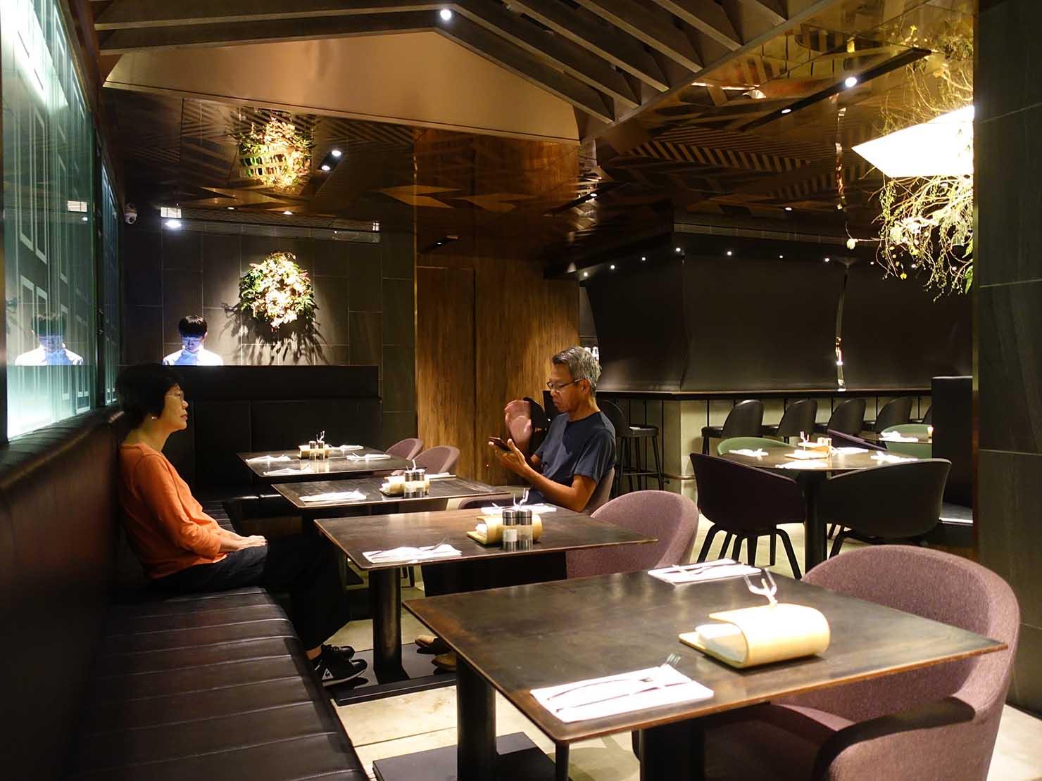 台中駅前のおすすめデザインホテル「紅點文旅 RedDot Hotel」のレストラン・L'AROMEのテーブル席
