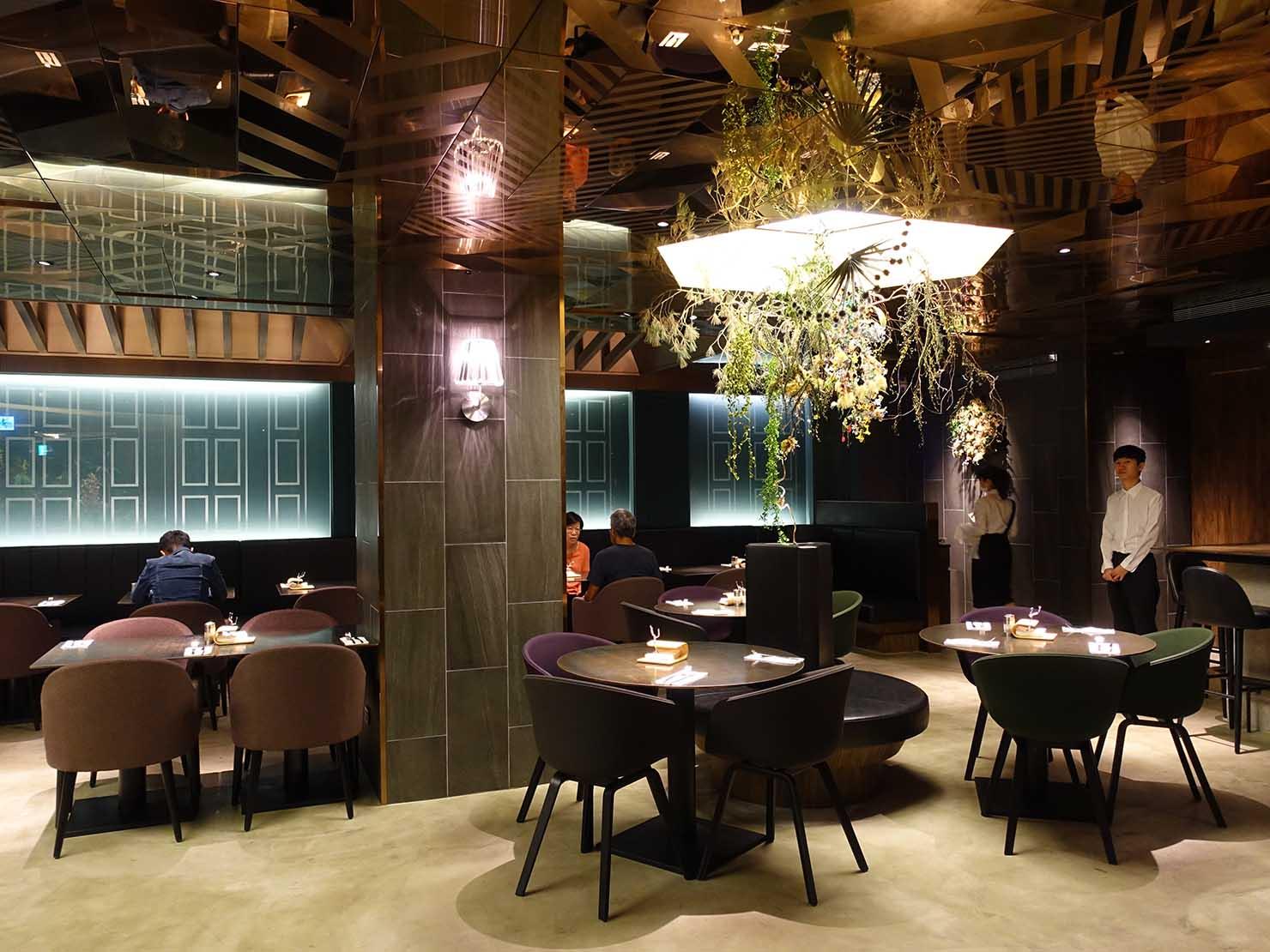 台中駅前のおすすめデザインホテル「紅點文旅 RedDot Hotel」のレストラン・L'AROMEの店内