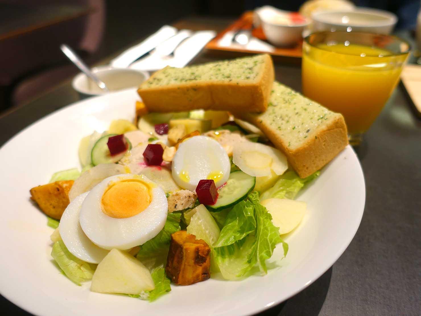 台中駅前のおすすめデザインホテル「紅點文旅 RedDot Hotel」のレストラン・L'AROMEの朝食(チキンサラダセット)