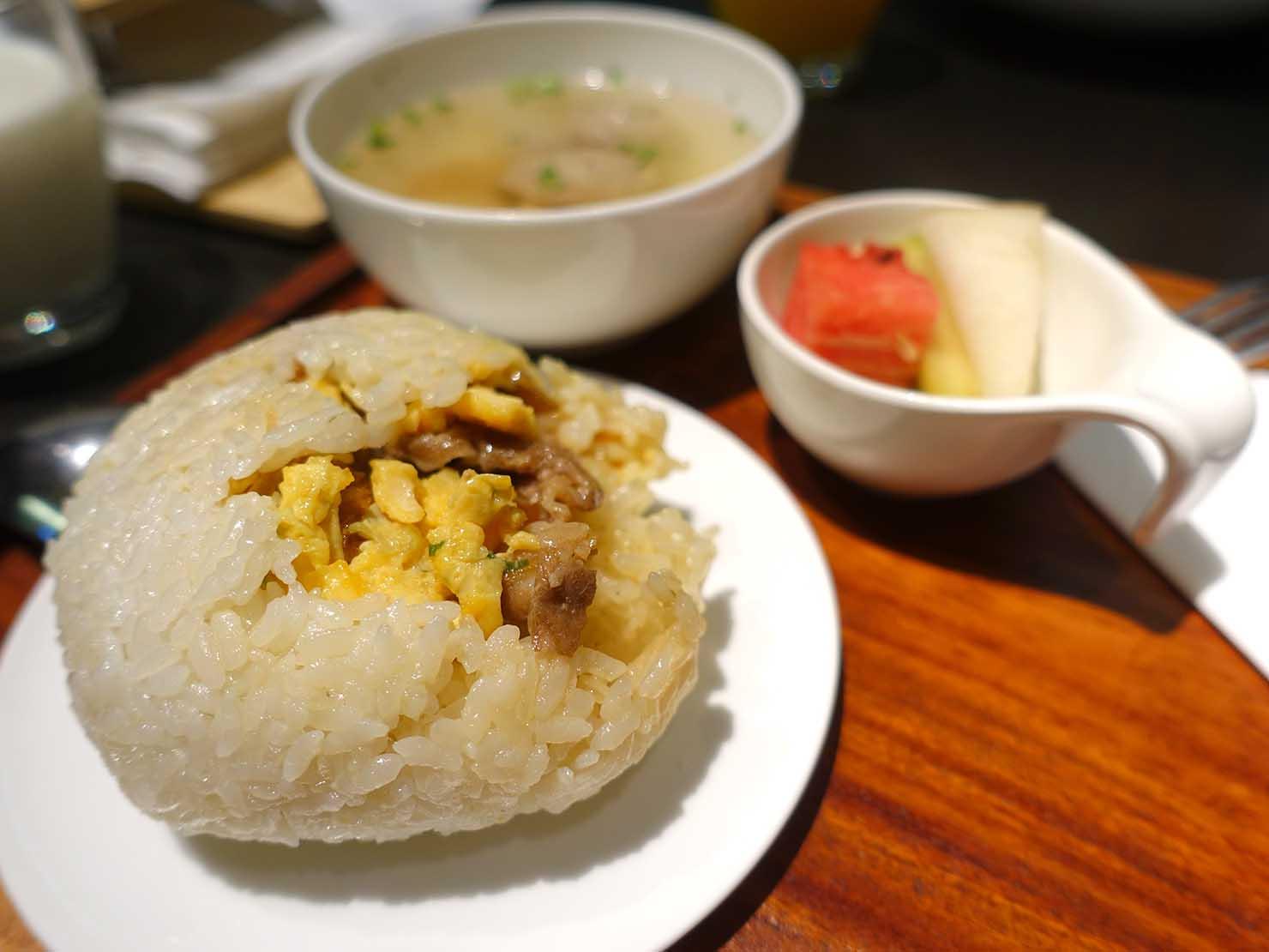台中駅前のおすすめデザインホテル「紅點文旅 RedDot Hotel」のレストラン・L'AROMEの朝食(台湾式おにぎりセット)