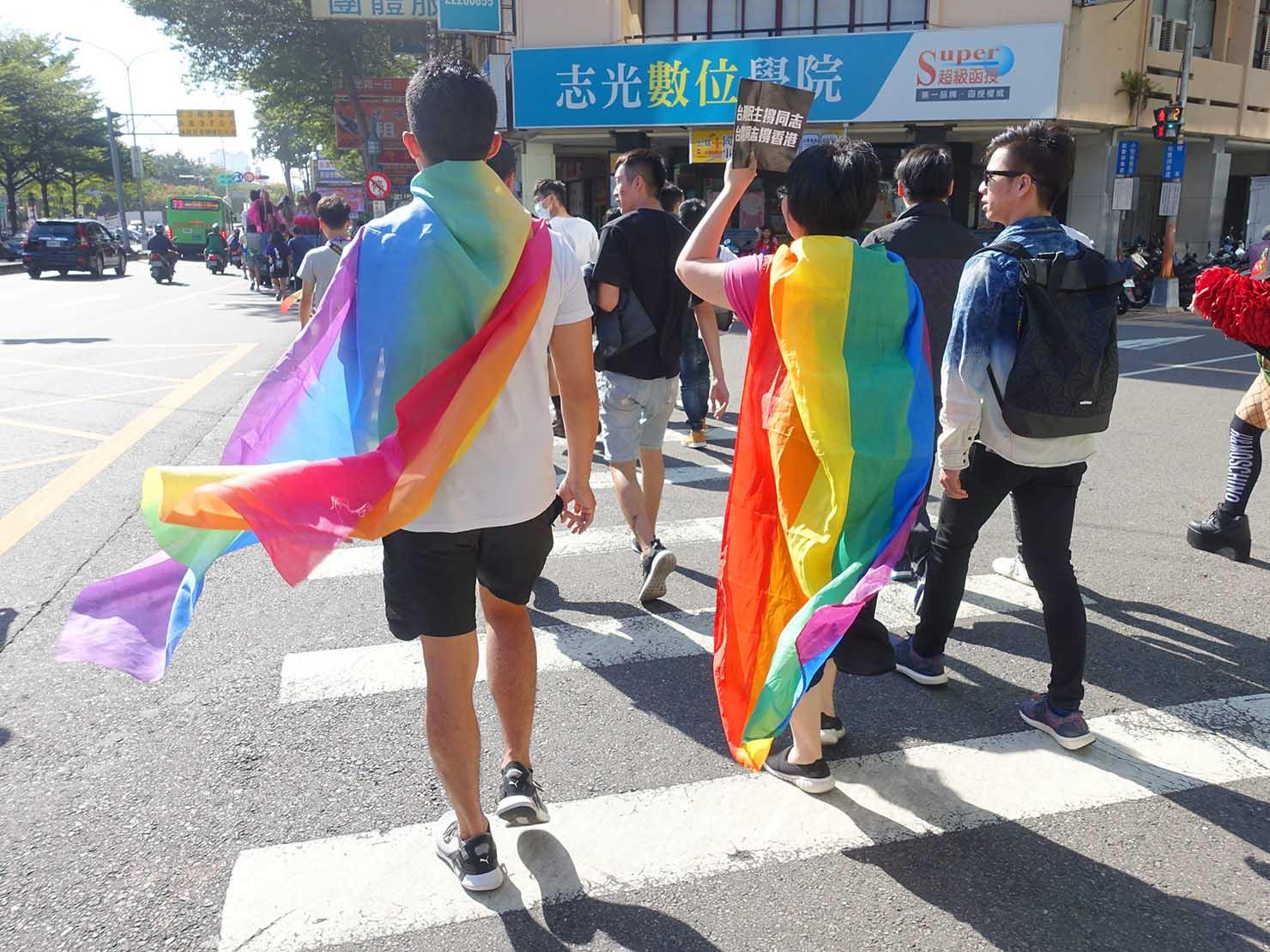 台中同志遊行(台中LGBTプライド)2019のパレードをレインボーフラッグを纏って歩く参加者