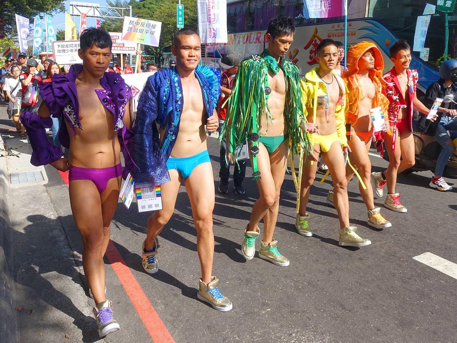 台中同志遊行(台中LGBTプライド)2019のパレードを歩くレインボー男子たち