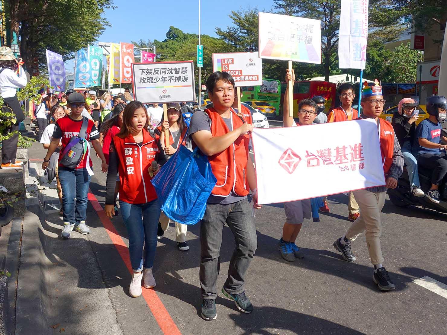 台中同志遊行(台中LGBTプライド)2019のパレードを歩く政党グループ