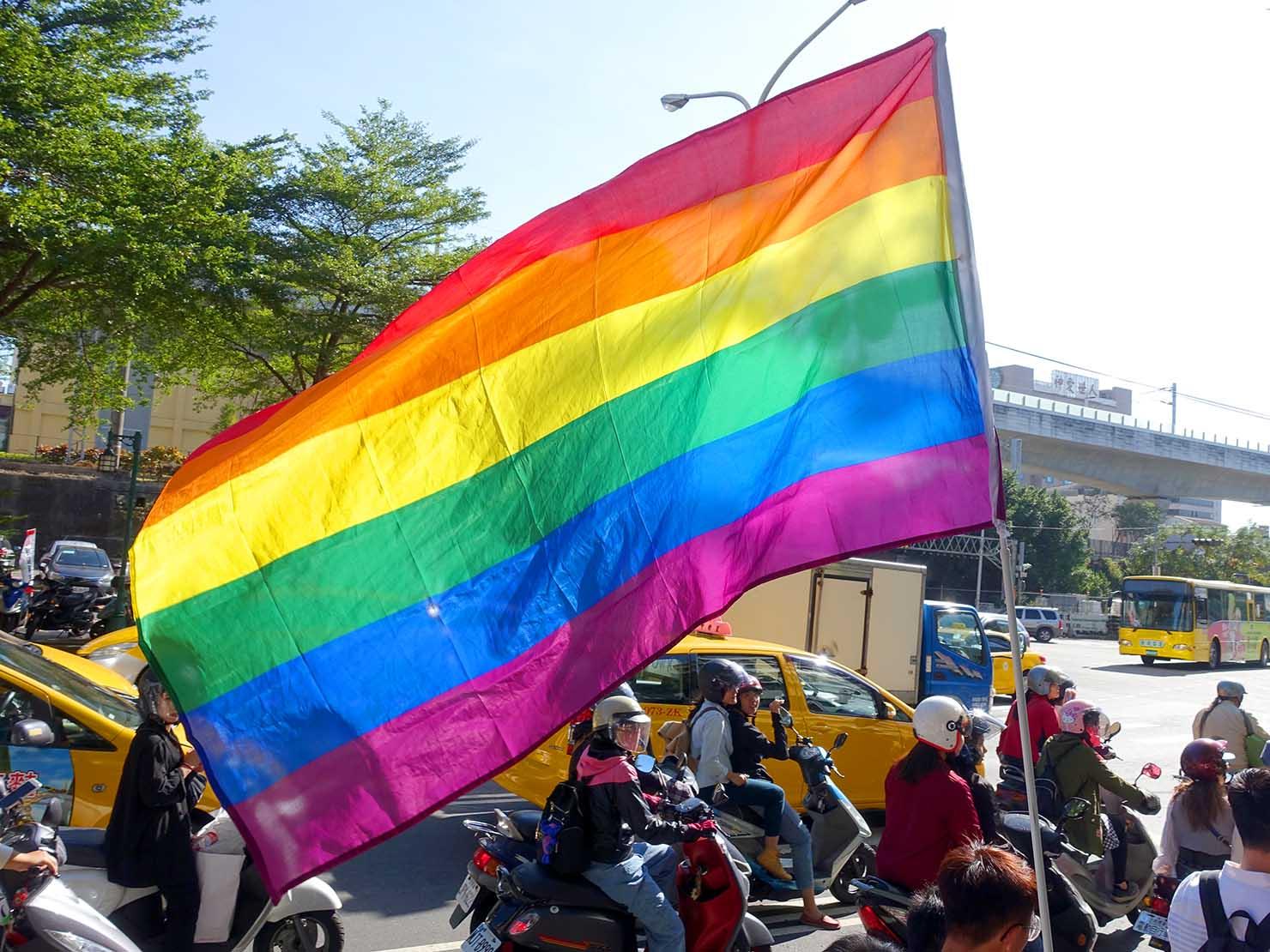 台中同志遊行(台中LGBTプライド)2019のパレードにはためくレインボーフラッグ