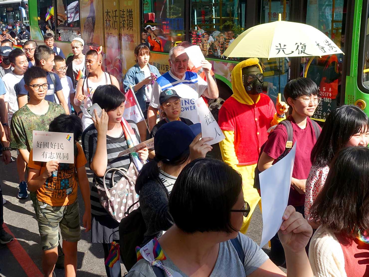 台中同志遊行(台中LGBTプライド)2019のパレードで香港への支持を訴える参加者