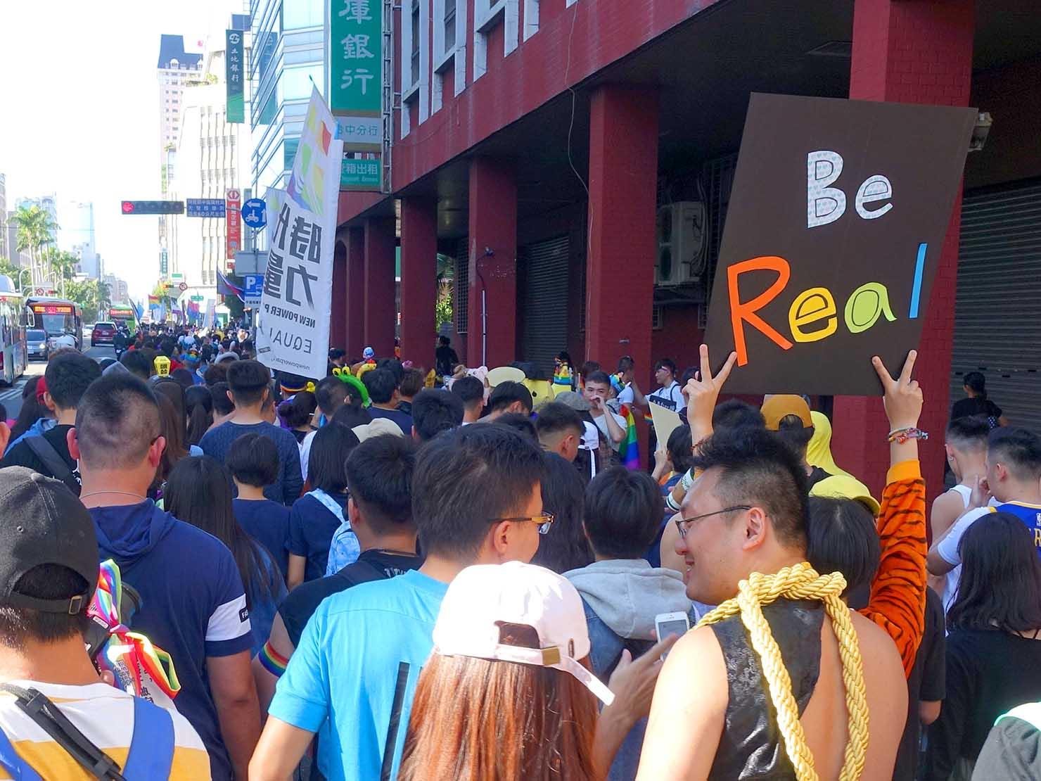 台中同志遊行(台中LGBTプライド)2019のパレードでプラカードを掲げる参加者