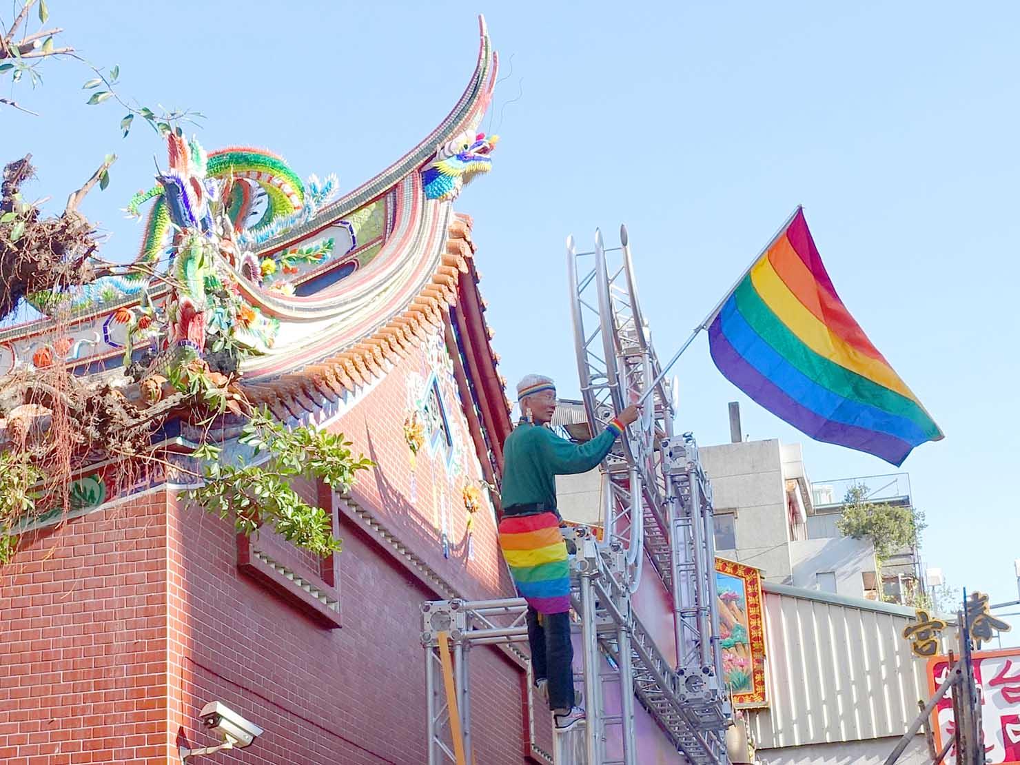 台中同志遊行(台中LGBTプライド)2019のパレードでレインボーフラッグを振る祁家威さん