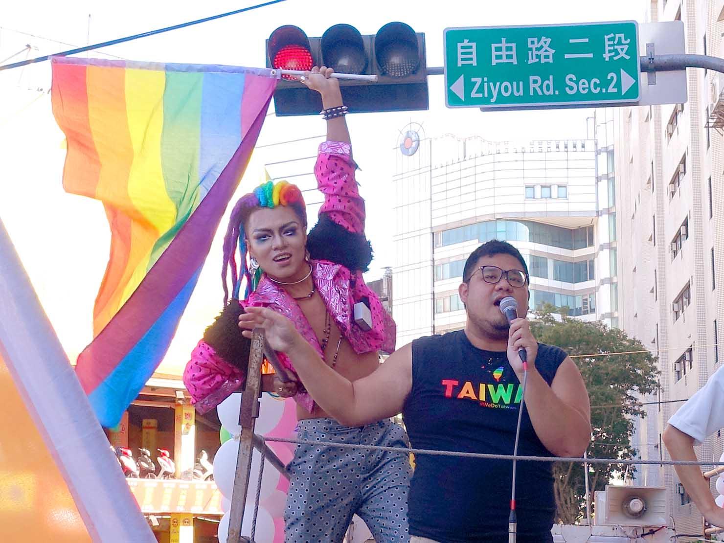 台中同志遊行(台中LGBTプライド)2019のパレードカーからレインボーフラッグを掲げる参加者