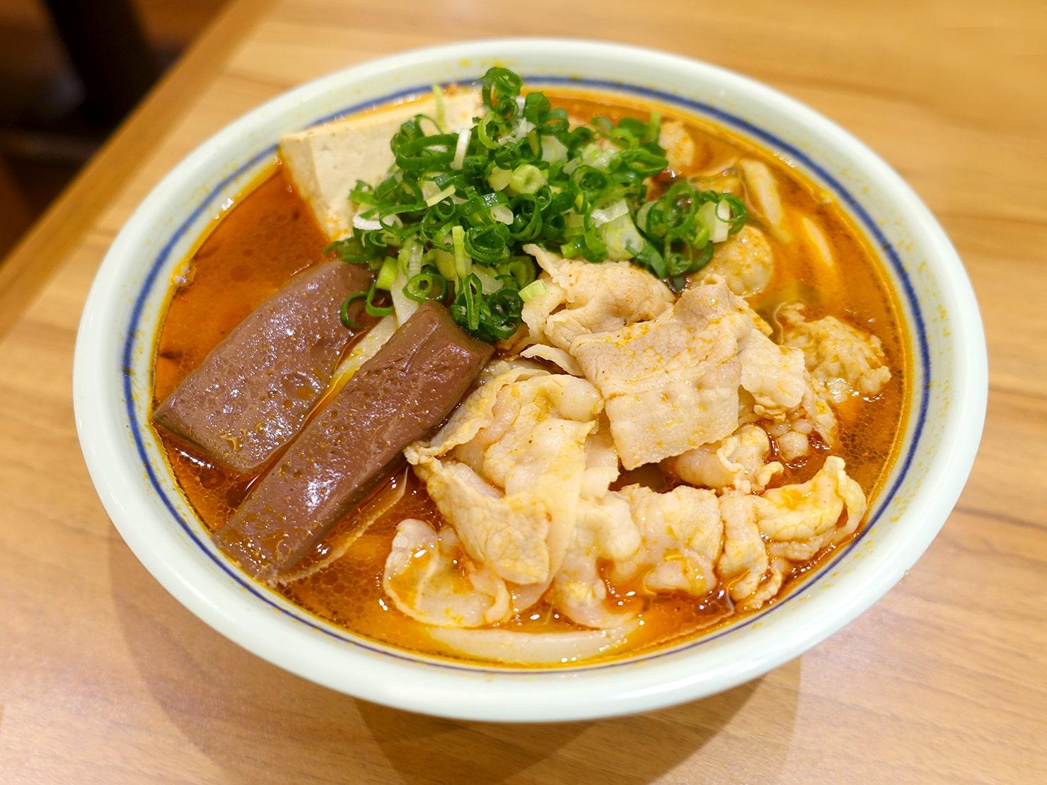 セルフうどんチェーン「丸亀製麺」の台湾限定メニュー・麻辣豬肉烏龍麵(マーラーポークうどん)
