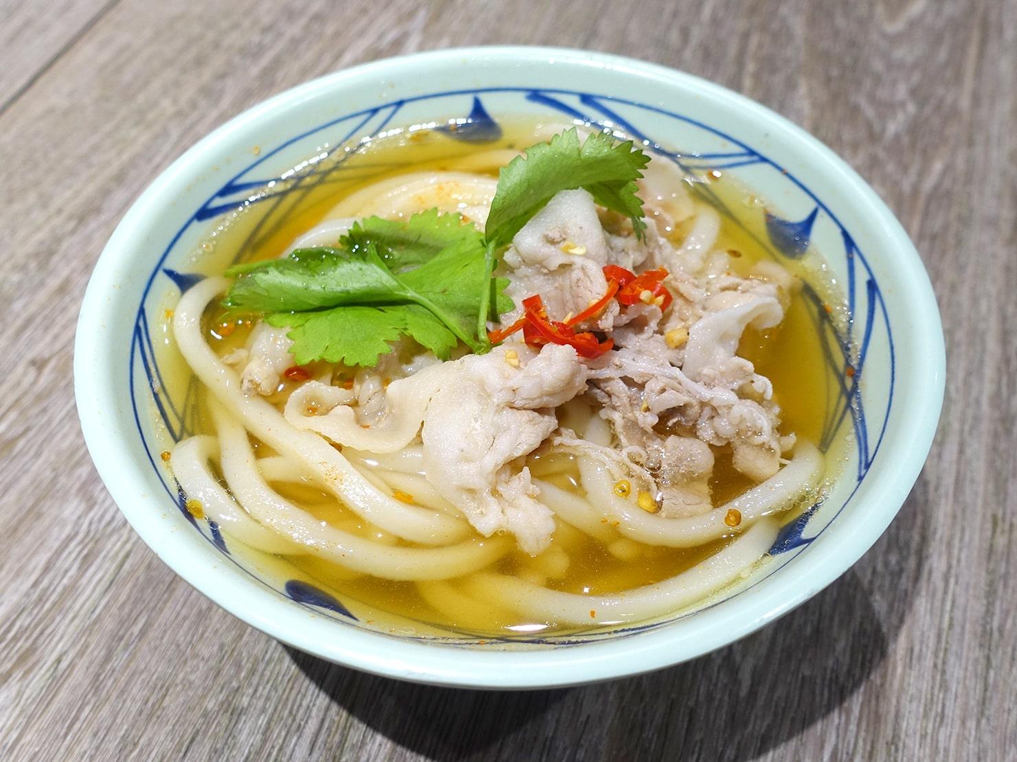 セルフうどんチェーン「丸亀製麺」の台湾限定メニュー・泰式豬肉烏龍麵(タイ風スパイシーポークうどん)