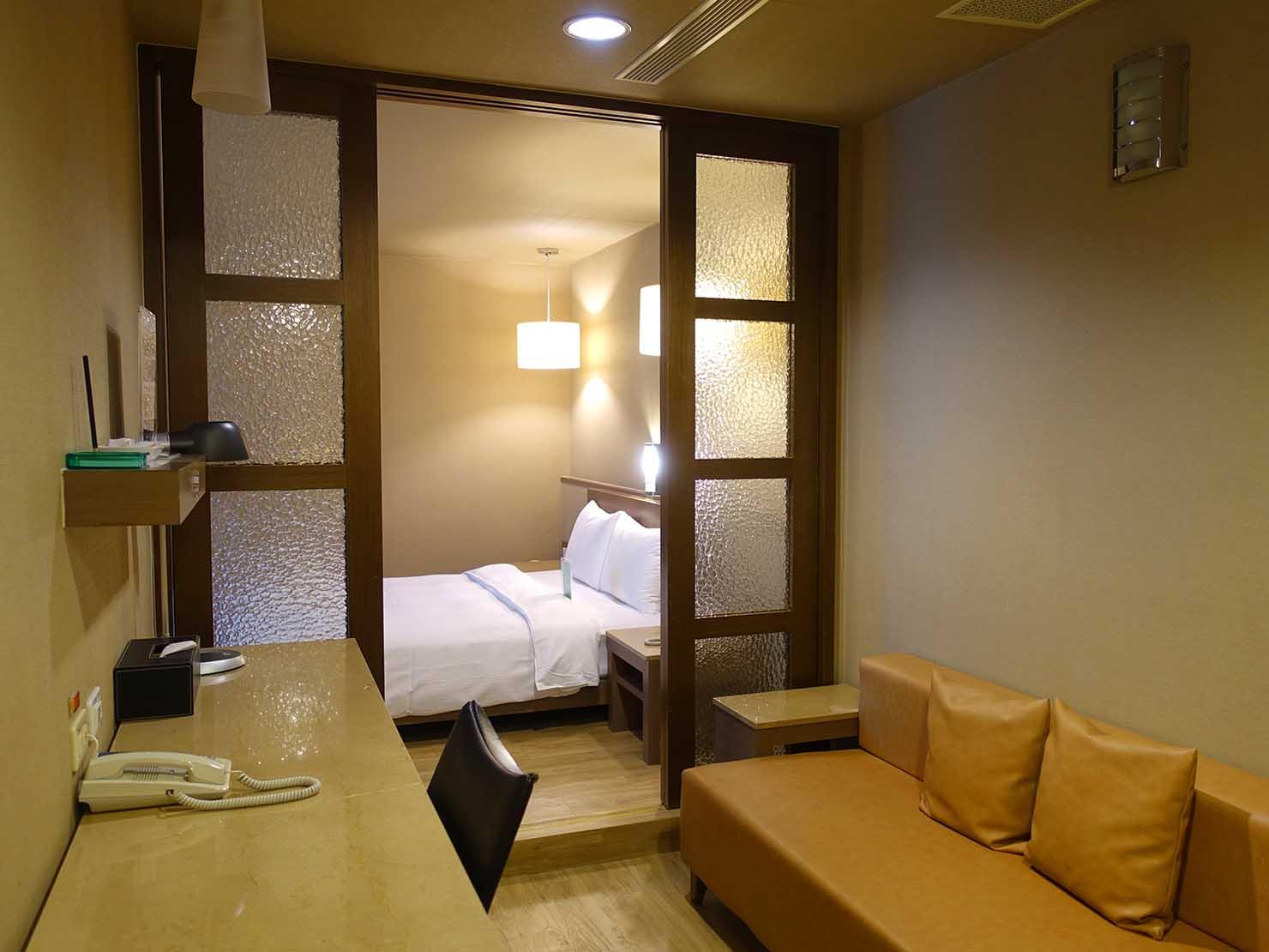 高雄のおすすめチェーンホテル「康橋商旅 Kindness Hotel(漢神館)」豪華雙人房の玄関側から見たミニリビング
