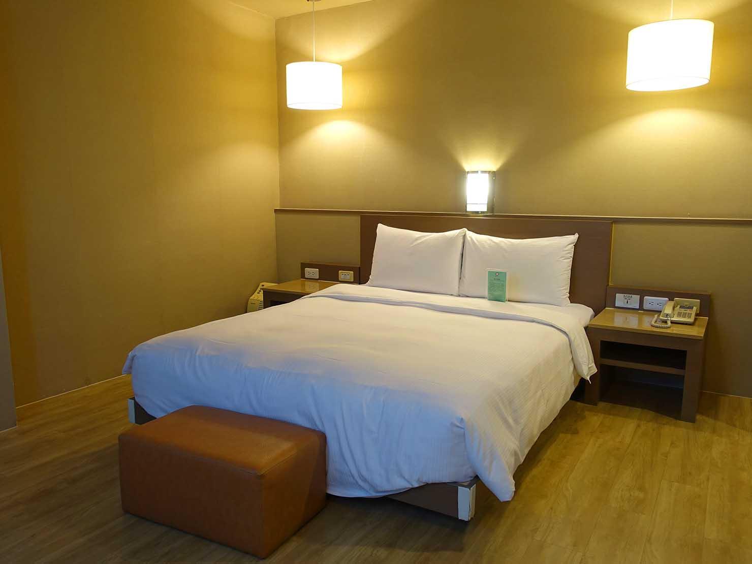 高雄のおすすめチェーンホテル「康橋商旅 Kindness Hotel(漢神館)」豪華雙人房の浴室側から見たベッドルーム