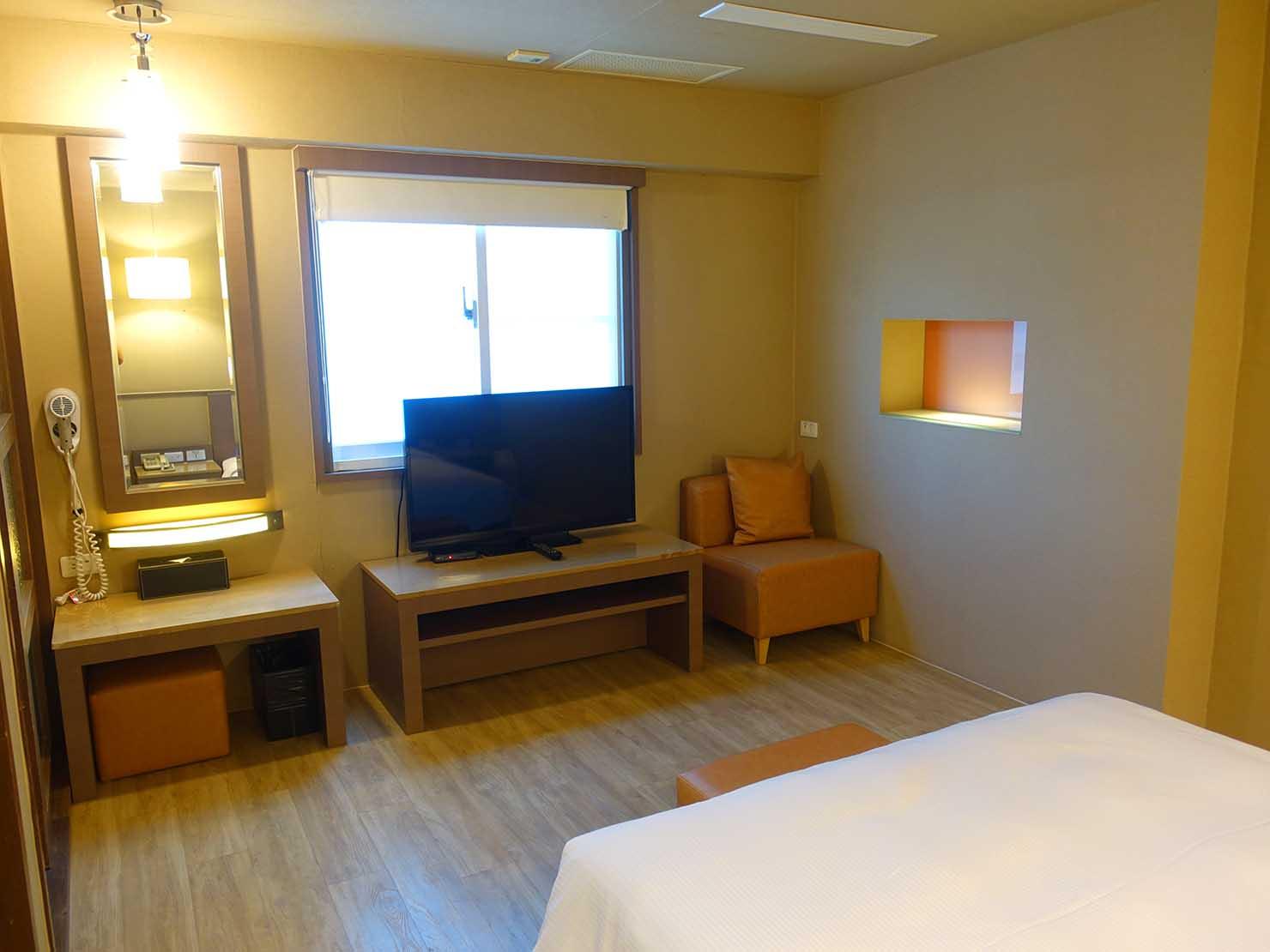 高雄のおすすめチェーンホテル「康橋商旅 Kindness Hotel(漢神館)」豪華雙人房のミニリビング側から見たベッドルーム
