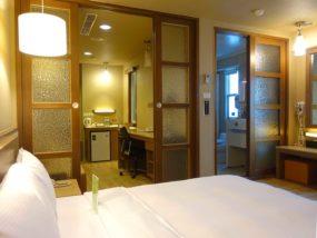 高雄のおすすめチェーンホテル「康橋商旅 Kindness Hotel(漢神館)」豪華雙人房の壁側から見たベッドルーム