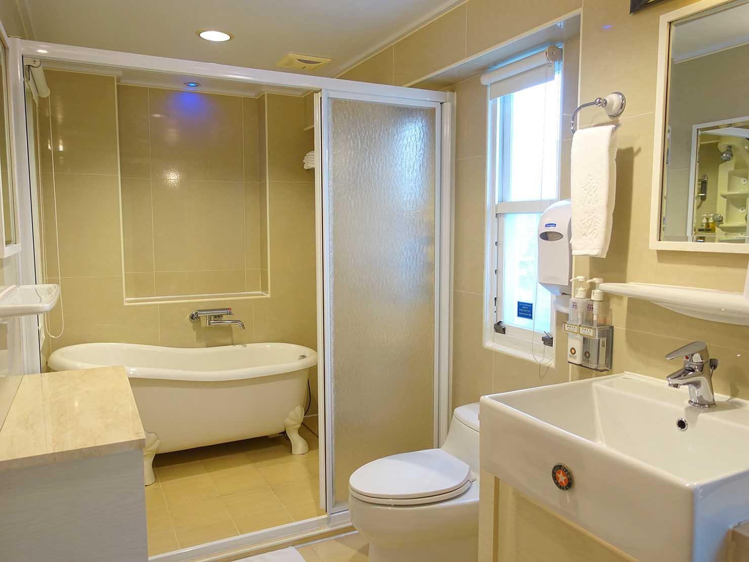 高雄のおすすめチェーンホテル「康橋商旅 Kindness Hotel(漢神館)」豪華雙人房のバスルーム