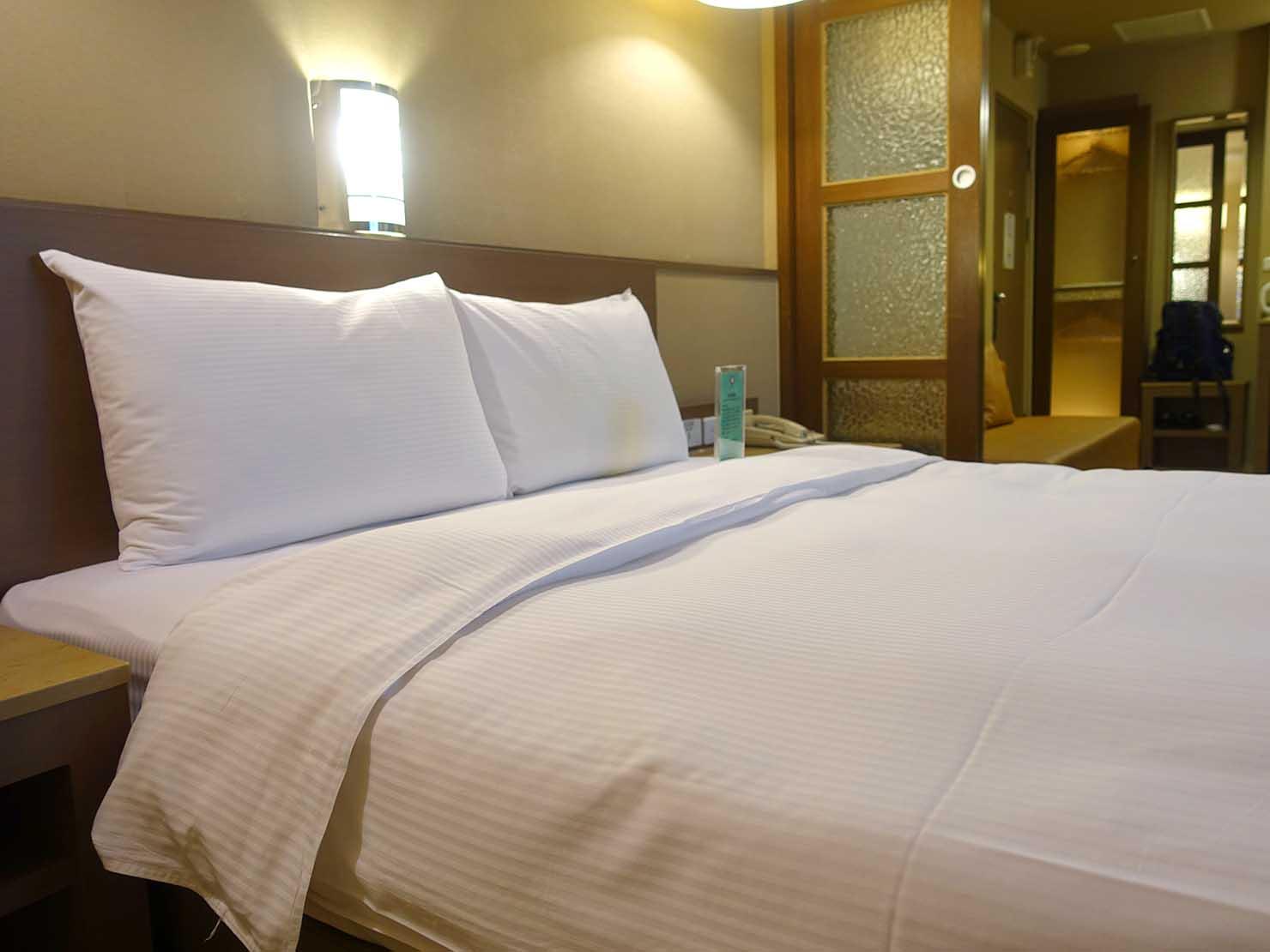高雄のおすすめチェーンホテル「康橋商旅 Kindness Hotel(漢神館)」豪華雙人房ベッドルームのダブルベッド
