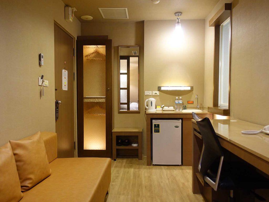 高雄のおすすめチェーンホテル「康橋商旅 Kindness Hotel(漢神館)」豪華雙人房のベッドルーム側から見たミニリビング